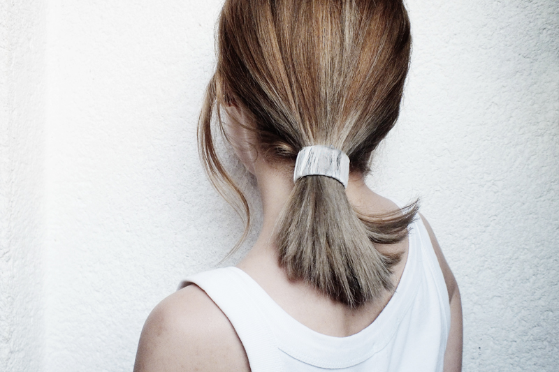 styling medium length hair, how to wear midlength hair, moiminnie, minimal hairstyles, simple easy hairstyles, minimal style, minimal fashion blogs, low pony tail