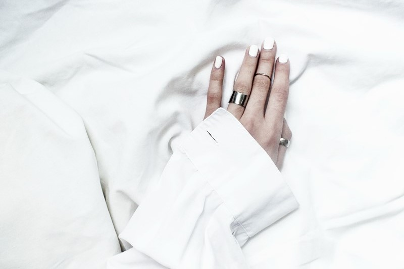 stacking rings, white nails, minimal nail art, moiminnie, milica obradovic, wearing white, minimal style fashion